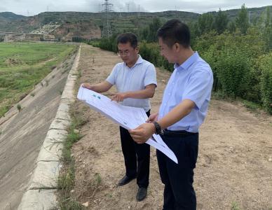 经济发展公司总经理张小龙检查项目建设和排洪渠情况